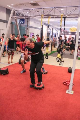 คุณ Tony จาก Freeform Board กำลังสาธิตท่าการออกกำลังกาย